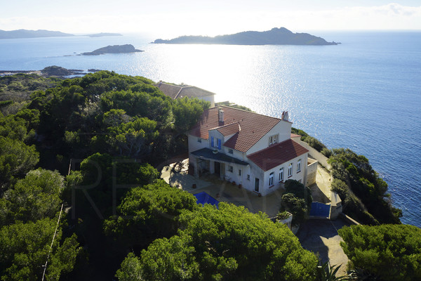 Waterfront property in Giens , house with panoramic seaview in Giens , pool , private accès to the sea , 3 bedrooms , var