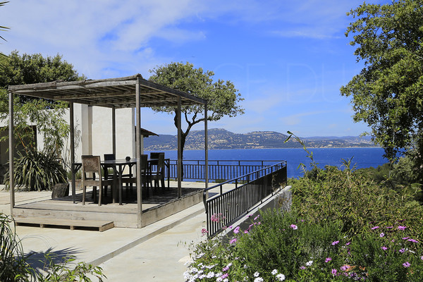 property to sale in giens / var / cote d'azur / panoramic seaview / 3 bedrooms / 200 m to walk to the sea  / big terrace